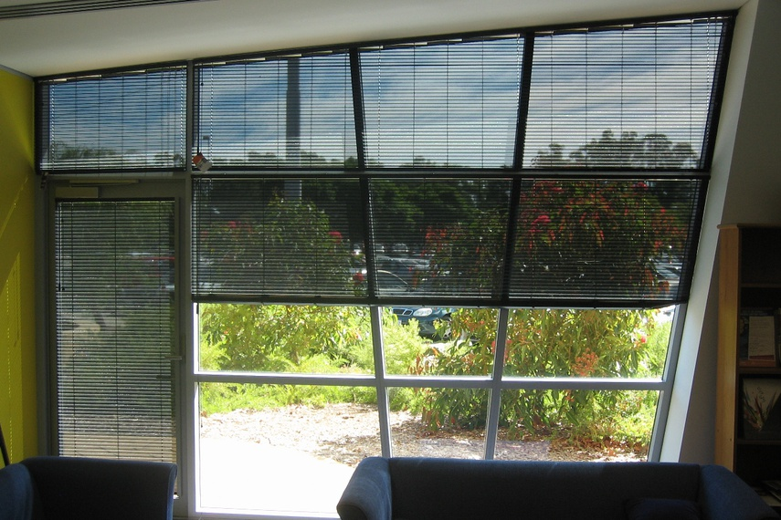 Easytilt System 2.1a in Perforated Black – transparent for the view while reducing the glare.